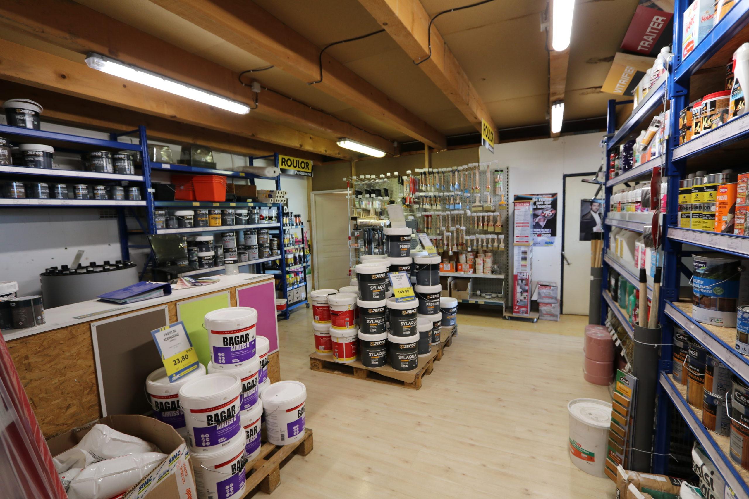 Le rayon peinture à l'agence Matériaux SIMC d'Oraison