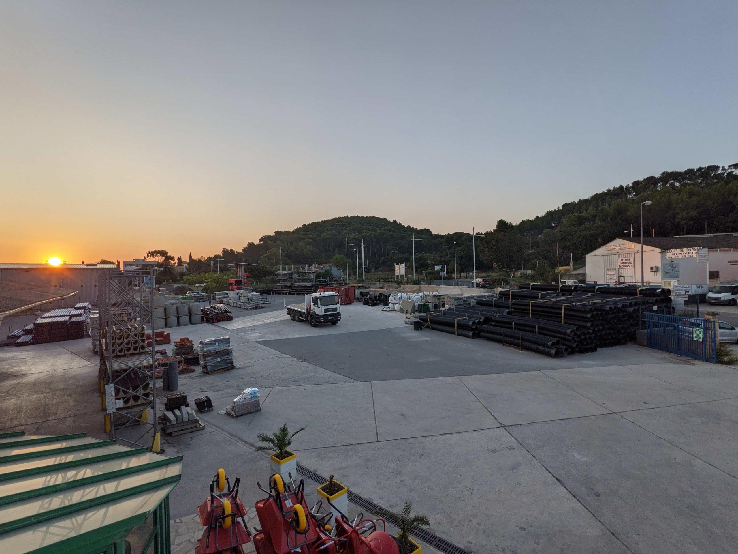 L'agence Matériaux SIMC de Hyères avec le levé du soleil